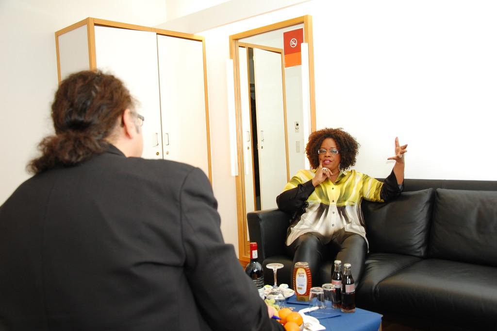 Diannes Reeves im Gespräch mit Cem Akalin. FOTO: FRANZ FISCHER