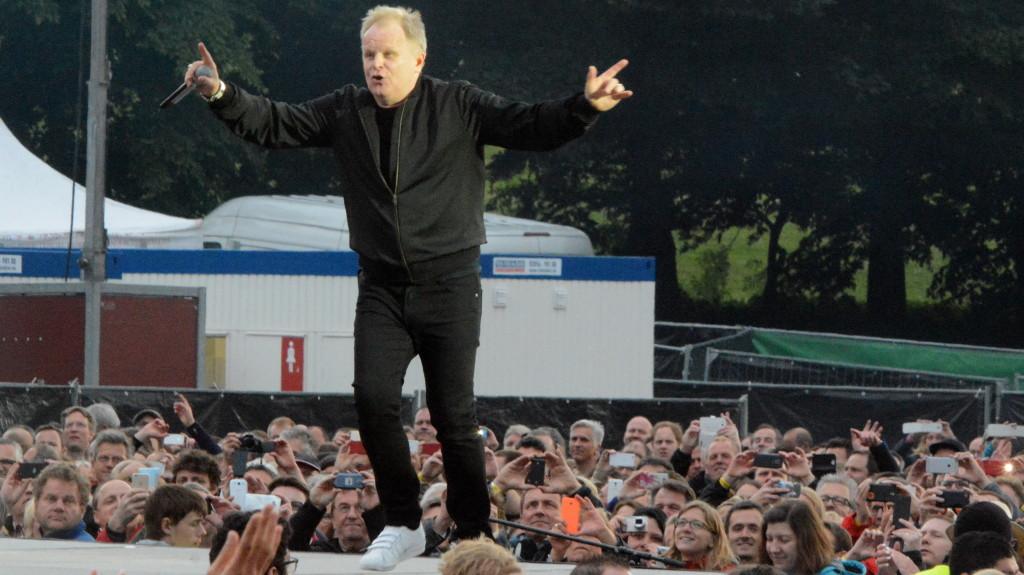Herbert Grönemeyer trat am 30. Mai 2015 vor mehr als 25.000 Zuschauern in der Bonner Rheinaue auf. FOTO: Horst Müller