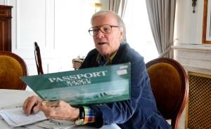 Klaus Doldinger sieht alte Alben durch. FOTO: Horst Müller