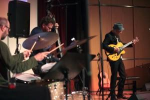 Wolfgang Muthspiel mit Larry Grenadier und Jorge Rossy (von rechts). FOTO: JAZZFEST