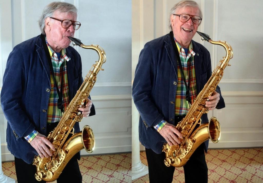 Doldinger spielt uns in seiner Hotelsuite etwas vor. FOTO: Horst Müller