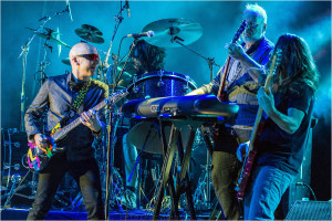 "Joe Satriani in Bochum - mit Marco Minnemann (dr)m Mike Keneally (g, key) und Bryan Beller (b). FOTO: Peter ""Beppo"" Szymanski"