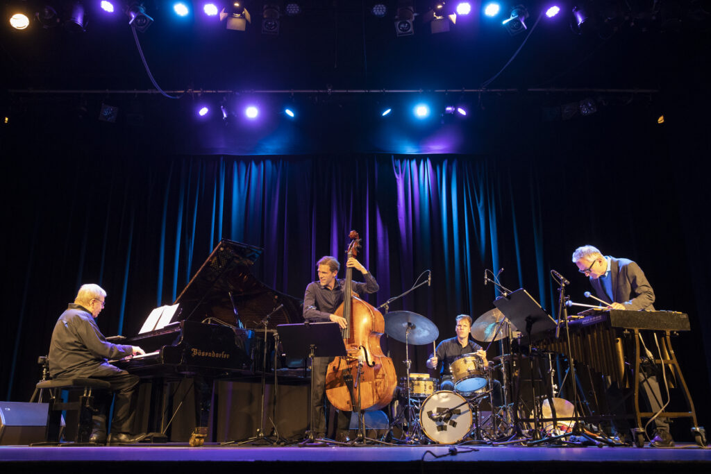 Beim Jazzfest Bonn: (v.l.) Bob Degen, Jonas Westergaard, Christian Lillinger und Christopher Dell FOTO: Heike Fischer